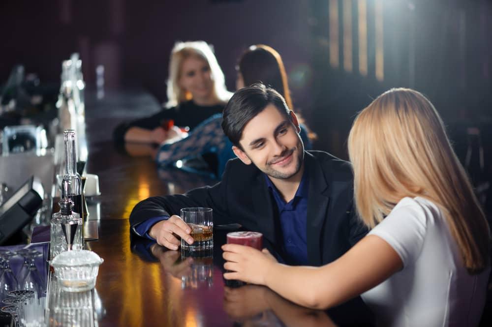наташа стоун познакомилась с тремя парнями в баре